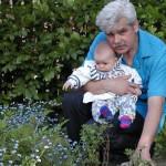 Bogdan z wnuczką Ewą. Minęło pół roku po usłyszeniu diagnozy (2001-05-20).